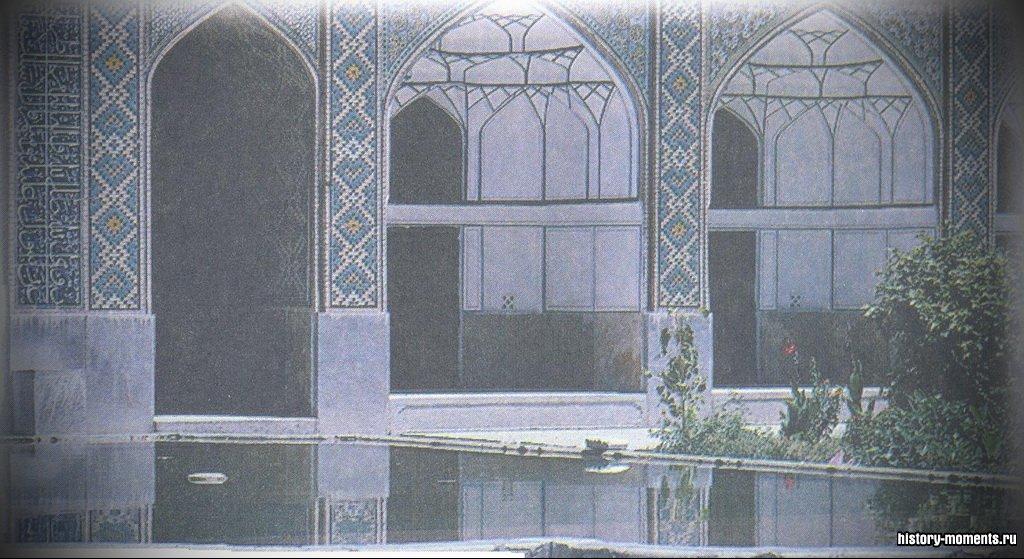 Монгольский правитель Тамерлан (Тимур) завоевал столицу Центральной Азии Исфаган в 1387 г., где было убито 70 000 жителей. Эта прекрасная мечеть была построена через 200 лет.