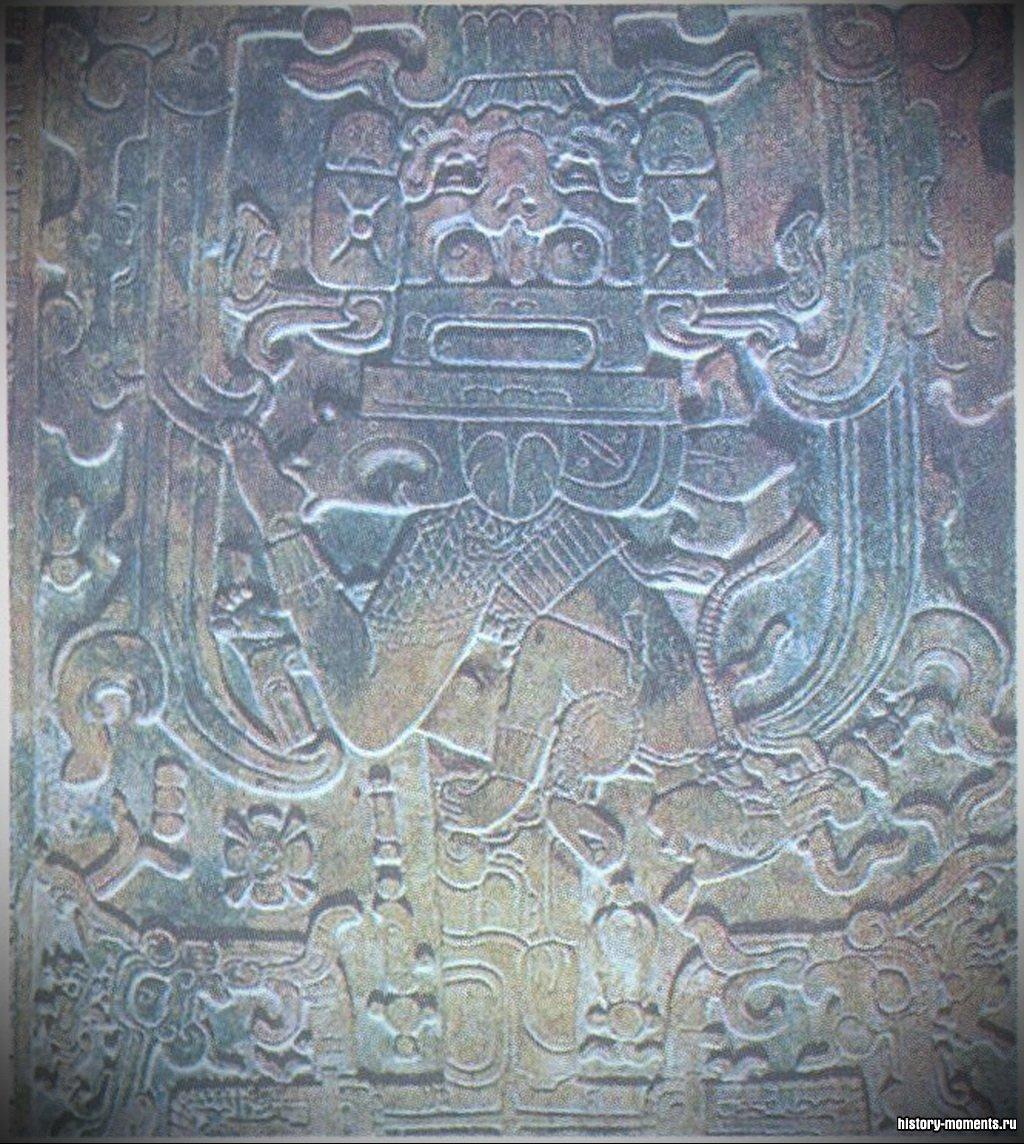Эта резьба украшала гробницу в Паленке - городе-государстве на юге Мексики. На ней изображены события из истории царского рода майя.