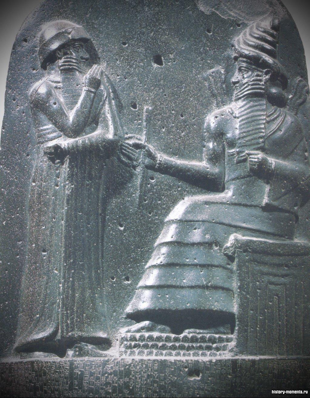 На стеле с законами Хаммурапи изображен он сам перед богом солнца и справедливости Шамашем.