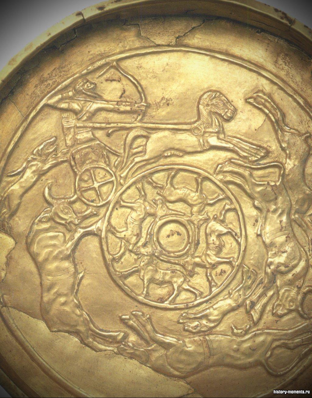 Золотое блюдо из Угарита с изображением сцены охоты.
