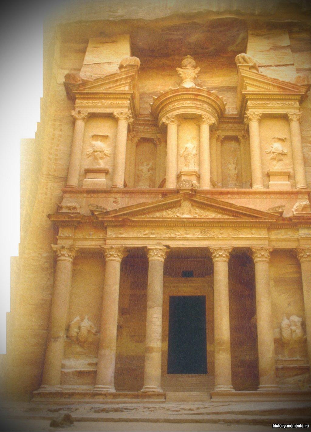 Гробница эль-Хазне («сокровищница») в Петре вырублена в отвесной песчаниковой скале.