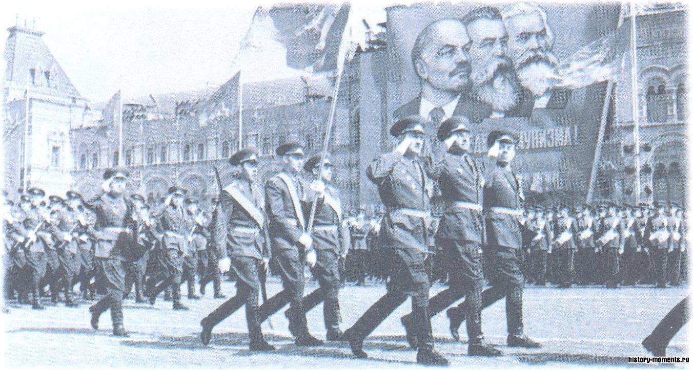 С 1945 г. 9 мая на Красной площади в Москве традиционно проходит парад Победы.